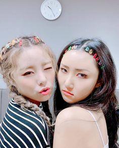 Check out Mamamoo @ Iomoio Kpop Girl Groups, Korean Girl Groups, Kpop Girls, Pelo Ulzzang, Wheein Mamamoo, Solar Mamamoo, Grunge Hair, Rainbow Bridge, K Idols