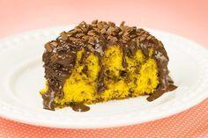 Com cobertura molinha de chocolate e granulado. Receita de delicioso bolo de cenoura formigueiro.