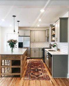 Home Interior Modern Fresh affordable kitchen with rich vintage rug.Home Interior Modern Fresh affordable kitchen with rich vintage rug Vintage Kitchen, New Kitchen, 1960s Kitchen, Kitchen Pantry, Small Condo Kitchen, Sage Kitchen, Narrow Kitchen, Kitchen Black, Stylish Kitchen