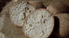 """Sonntags brauchen wir einfach irgendwas unter den Käse oder unter das Nutella. Als ich in Daniela Pfeifers (LowCarbGoodies) Buch """"LowCarb Brote & Co: Glutenfrei. Sojafrei. Simple!"""" diese Keto-Bröchten gesehen habe musste ich die einfach ausprobieren. Und glaubt es mir, die schmecken ultra lecker :). Nun gibt's fast jeden Sonntag diese Semmeln. Gestern habe ich mir …"""