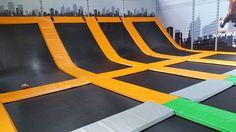Ouvert le 12 mars 2016, Urban Jump est un concept de salle de loisirs sportifs basés sur le trampoline. Les plaines, d'une surface moyenne de 1500m² sont composées de trampolines reliés pour former de grandes surfaces interconnectées. Il est possible d'y pratiquer des sauts acrobatiques mais également d'y jouer au dodgeball (balle aux prisonniers) ou... View Article