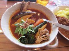 清田3条2『トムトムキキル』野菜スープカレーの具材は下の方から(見えないヤツもありますが)、ブロッコリー・シメジ・ヤングコーン・オクラ・ニンジン・カボチャ・ジャガイモ・厚揚げ・タケノコ・ナス・ゴボウ・半熟卵・キクラゲ・水菜と十四種類。 Google+