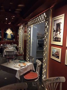 Un ristorante affacciato sul mare di Positano, con la luce ad esaltare lo spirito familiare e genuino del luogo. Un ristorante a effetto sorpresa: un pizzico di originalità, una buona dose di ricercata intimità, sapori sublimi… e un velo di luce calda che comunica emozione, fa riscoprire il gusto di riunirsi a tavola e il piacere di farlo più spesso http://cannatafactory.com/ristorante-le-tre-sorelle-positano-na/