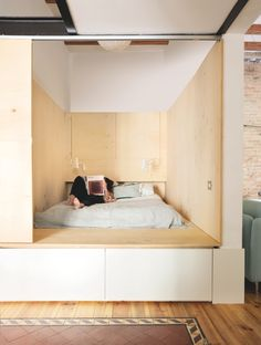 Bedroom nook made of plywood Home Room Design, Small House Design, Home Interior Design, Interior Architecture, Apartment Size Refrigerator, Bedroom Decor For Small Rooms, Bedroom Nook, Sleeping Nook, Student House