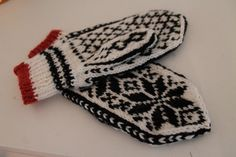 Ravelry: Selbuvanter pattern by Signe Lisabeth Fingerless Mittens, Knit Mittens, Mitten Gloves, Knitting Socks, Knit Socks, Wrist Warmers, Knitting Projects, Ravelry, Free Pattern