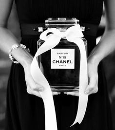 Coco Chanel & French Inspired Bridal Shower has a pink carnation garland, black silverware, a perfume mixology station & chocolate croissants Perfume Chanel, Chanel 19, Chanel Style, Chanel Black, Chanel Beauty, Chanel Creme, Chanel Fashion, Hens Party Themes, Party Ideas