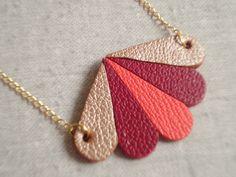 Collier sautoir chaîne pendentif pétales en cuir beige doré/fuchsia/corail : Collier par by-lov