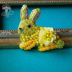 """Брошь """"Солнечный Кролик"""" Ручная работы в технике вышивки. Ушки, мордочка и хвостик кролика, вышиты японским бисером, тельце из чешского стекла и итальянских пайеток и канители. Размер: 5*3 см. . Купить  89069104859 Лилия. Мой основной профиль @liliya_berezina @lilytiger_jewellery #кролик #кроликброшь #брошьзайка #брошькупить #красноярскукрашения #красноярск #желтый #лимоный #авторскиеукрашения #ручнаяработа #брошьручнойработы #летнеенастроение #лимонная"""
