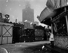 (c)Carl De Keyzer,  Warszawa z serii East of Eden,1995, fot. dzięki uprzejmości artysty En savoir plus sur Pkin : http://www.vanupied.com/varsovie/monument-varsovie/pkin-a-varsovie-palais-de-la-culture-et-de-la-science-offert-par-staline.html