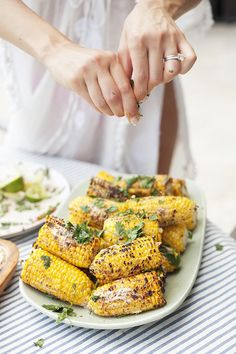 Sriracha Street Corn, roast corn 5 min on bbq with olive oil and garlic salt. once cooked roll corn in mixture of light mayo and sriracha sauce with lime juice. Corn Recipes, Side Dish Recipes, Vegetable Recipes, Vegetarian Recipes, Cooking Recipes, Healthy Recipes, Fast Recipes, Cooking Tips, I Love Food