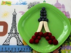 Snack idea for Miss Maddie! Une bonne idée pour un casse croûte pour mademoiselle Maddie! This edible craft, Eiffel Tower made of fresh fruits, can be a great and funny dessert to prepare with your kids and to make them discover Paris & France! Fresh Fruit Desserts, Dessert Aux Fruits, Cute Desserts, Paris Birthday Parties, Paris Party, Spa Birthday, Paris Theme, Edible Crafts, Food Crafts