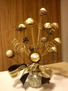 Make your New Year's Eve decoration earn Brownie points with these awesome New Years Eve Party Decorations. You'll love these NYE Party decoration ideas. Candy Bouquet Diy, Diy Bouquet, Bouquets, Birthday Centerpieces, Jar Centerpieces, Chocolate Flowers Bouquet, New Years Eve Decorations, Sweet Trees, Candy Crafts