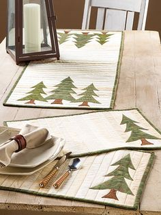What's New - Quilting - Strippy Table Set Christmas Placemats, Christmas Sewing, Christmas Projects, Christmas Patterns, Table Runner And Placemats, Quilted Table Runners, Place Mats Quilted, Vintage Design, Mug Rugs