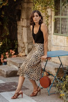 Leopard Outfits Trends to Keep in 2019 Classic Print Leopard Midi Skirt Black Tank Top Neutral Sandals Round Leather Bag High Rise Leopard Skirt Outfit Ideas Printed Skirt Outfit, Leopard Skirt Outfit, Leopard Outfits, Leopard Print Skirt, Printed Skirts, Skirt Outfits, Night Out Outfit, Night Outfits, Party Outfits