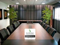 As persianas de alumínio 50mm garantiram um toque especial para esta sala de reuniões.