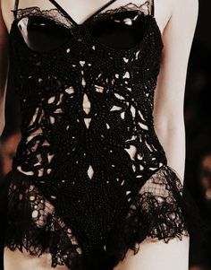 Alexander McQueen Spring/Summer Boned corset under layer. Cut work outer layer with beading in net tubes Look Fashion, Fashion Details, High Fashion, Womens Fashion, Fashion Design, Fashion Black, Style Noir, Mode Style, Alexander Mcqueen