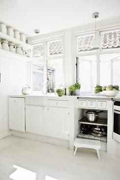 white wooden kitchen with big windows Wooden Kitchen, New Kitchen, Kitchen Dining, Kitchen Decor, Kitchen White, Rustic Kitchen, Design Kitchen, Kitchen Interior, Interior Exterior