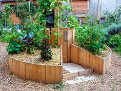 Le keyhole garden - (jardin en trou de serrure) est composé  d'un trou central dans lequel on fait du compost, et d'un espace de culture autour qui bénéficie des apports du compost (nutriments, humidité). monjardinenpermaculture.fr