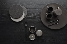 A beautiful styling by Susanna Vento for Osmo Color. I love the dark textures combined with details in natural materials and touches of brass. Photography by Riikka Kantinkoski Dark Interiors, Colorful Interiors, Sweet Home, Eclectic Modern, Egg Holder, Flat Lay Photography, Flatlay Styling, Blog Deco, Modern Ceramics