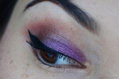 Augen Make-up: Ich zeige euch auf meinem Beauty Blog Sweet Cherry ein AMU in den Farben Lila und Braun. Auf dem beweglichen Lid ist ein lilaner Lidschatten und im Augenwinkel ein brauner Lidschatten.