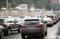 Uber is using drones to sell car pooling services to drivers stuck in Mexico City traffic. Drones, Uber Ride, Latin America, Mexico City, Advertising, Things To Sell, Rush Hour, Technology, Cars