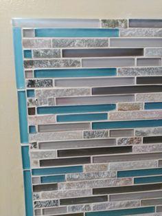 Pour finir le bord vertical, la création d'une bordure à l'aide de carreaux individuels qui restaient. Le bord supérieur horizontal recouvre le bord vertical. La bordure turquoise souligne le teint dominant choisi