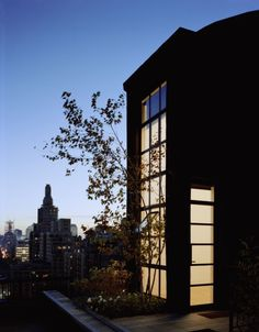 A perfect urban retreat: The renovated sprinkler tank with New York City's skyline in the distance