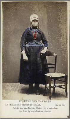 Vrouw in Marker streekdracht. Costumes des Pays-Bas. - La Hollande Septentrionale. - Marken. 1875-1885 fotograaf: Jager, A. #NoordHolland #Marken