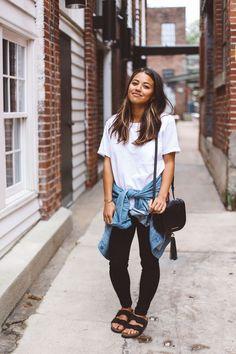 10 produções simples e nada boring T-shirt branca, jaqueta jeans amarrada na cintura, chinela birken