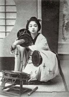 Drumming girl in Meiji Japan, photo by 玉村康三郎 Japanese History, Asian History, Japanese Beauty, Japanese Culture, Geisha Samurai, Old Pictures, Old Photos, Vintage Photographs, Vintage Photos