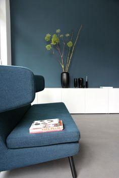 In klaren, offenen und hellen Räumen kann man durch das wieder Aufgreifen einzelner Farbtöne z. B. an einer Wand und einem Möbelstück, ein stimmiges Farbkonzept entwerfen.
