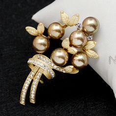 Elegantná brošňa v tvare perlovej kytice s kryštálikmi