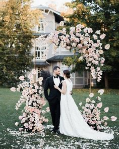 Oh-so-pretty wedding arch that would look beautiful for your outdoor wedding! Lo… Oh-so-pretty wedding arch that would look beautiful for your outdoor wedding! Loving the floral arrangement in blush that looks cohesive… Wedding Altars, Wedding Ceremony Decorations, Arch Wedding, Wedding Ceremonies, Garden Wedding, Wedding Props, Wedding Ideas, Summer Wedding, Floral Wedding
