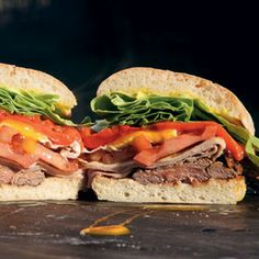 Chivito de Uruguay. Es un sándwich con churrasco.