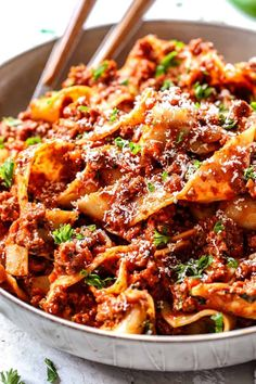 Everyone needs the BEST Bolognese Sauce in their recipe repertoire and this is it! This Bolognese recipe is rich, hearty and exploding with complex layers of flavor BUT is on your table in less than one hour and most of that time is hands-off simmering Ragout Bolognese, Lasagne Bolognese, Easy Bolognese Sauce Recipe, Beste Bolognese Sauce, Authentic Bolognese Sauce, Bolognese Sauce Giada, Slow Cooker Bolognese Sauce, Spaghetti Bolognese Original, Vegans
