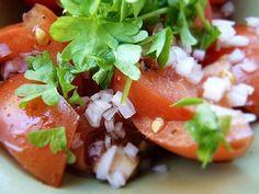 Recept på Spansk Tomatsallad. Enkelt och gott. Receptet är en indikation och man kan blanda lite efter eget tycke. Istället för att blanda med balsamvinäger kan man även ringla över balsamicoreduktion, vilket är balsamvinäger som fått koka ner till en sirapsliknande konsistens. Servera gärna tillsammans med friterad potatis med aioli, friterade ostbollar eller friterad manchego, vitlöksstekta champinjoner med serranoskinka och knaperstekta skärvor av chorizo. Gör då salladen först, så är det… Tomato Salad, Caprese Salad, Spanish Tapas, Aioli, Thai Red Curry, Chorizo, Food And Drink, Mexican, Yummy Food
