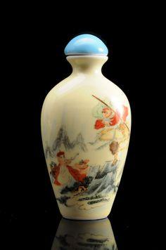 Flacon tabatière ovale en PORCELAINE à décor polychrome émaillé sur fond jaune d'immortels, bouchon en porcelaine. Chine. Étiquette au dessous : « The Haas Collection [numéro] 211 ». H: 7.5cm - 3''