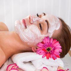 Anti-Falten-Maske selber machen mit nur 4 Zutaten - Stark straffend, glättet Fältchen und lässt die Haut wieder jung und frisch aussehen.