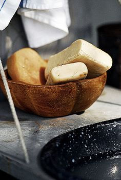Old Victorian Soap Recipes: Rosin Soap (Yellow Soap) - Palm Soap (Superior) - Cinnamon Soap - Orange Flower Soap - Honey Soap Victorian Recipes, Homemade Beauty Products, Beauty Recipe, Cold Process Soap, Soap Recipes, Home Made Soap, Handmade Soaps, Soap Making, Honey Soap