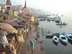 India, the banks of the Ganges pilgrimage site of Varanasi or Benares to Indouistes