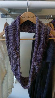 Bufanda circular violeta, tejida a dos agujas