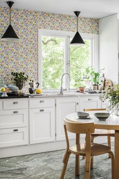 An appealing wallpaper which makes the wall look like a delightful flower meadow, with a pattern taken from a piece of embroidery. #trestintas #trestintasbarcelona #wallpaper #wallcovering #interiordesign #sandbergwallpaper #floral #signatur