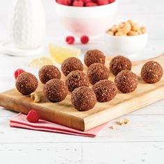 Boules d'énergie framboises et cacao - Les recettes de Caty Cas, Healthy Snacks, Healthy Eating, I Want To Eat, Biscuits, Cake Pops, Good Food, Nutrition, Breakfast