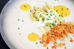 asperges - crumble au parmesan - sauce hollandaise Sauce Hollandaise, Parmesan, Feta, Risotto, Grains, Lunch Box, Eggs, Cheese, Breakfast