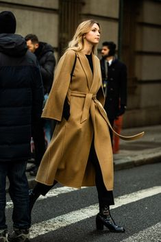 The past New York Fashion Week was a minimalist haven. Camel Coat Outfit, Neutral Outfit, Fashion Photography Inspiration, Coat Dress, Autumn Winter Fashion, Winter Style, Coats For Women, Womens Fashion, Fashion Trends