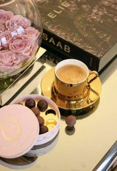 Coffee and Chocolates V60 Coffee, Coffee Shop, Coffee Cups, Coffee Lovers, Coffee Break, Morning Coffee, Chocolates, Breakfast Tea, Turkish Coffee