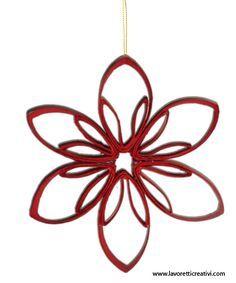 Una stella da realizzare nel periodo natalizio con il materiale di riciclo. La decorazione legata con un filo di nylon può essere appesa alle finestre o all'albero di Natale. STELLA DI NATALE CON M...
