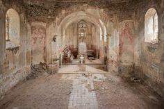 Die   church of the white cross , wie der Künstler dieses Bild genannt hat, hat der Münchner zufällig gefunden. Es handelt sich um eine verlassene Kirche am Rand einer Landstraße in Tschechien.