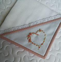 Fraldinha de boca bordada à mão. <br>Canto de pique e viés de tecido 100% algodão. <br>Pode ser feito em outras cores e estampas. <br>Valor referente À UNIDADE