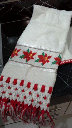 Toalha de rosto com motivos natalinos, mais um charme com macramê.